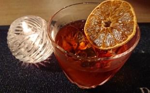 【ミクソロジー】ネグローニ生誕100周年~燻製×カクテル「スモーキー・オレンジ・ネグローニ」