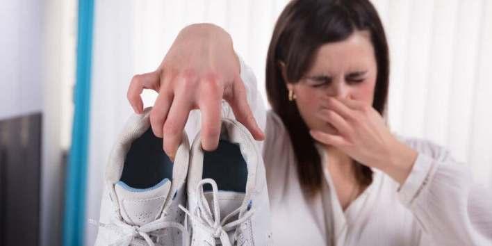 الأقدام ، الرائحة الكريهة ، بودرة التلك ، الشب ، الكاولين ، صودا الخبز ، الخل ، الزيوت الأساسية ، البكتيريا