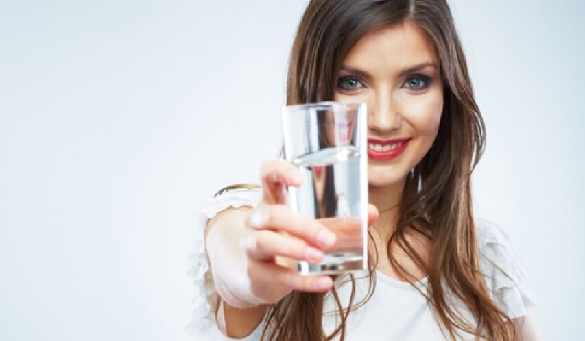 يشرب الماء