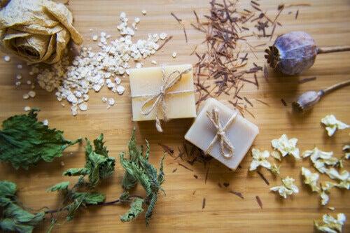 كيف يتم تحضير صابون الشوفان والعسل المصنوع يدويًا لترطيب البشرة؟