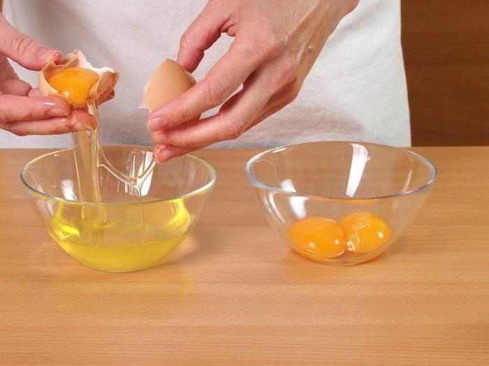 مقشر منزلي الصنع مع بياض البيض والمناشف الورقية