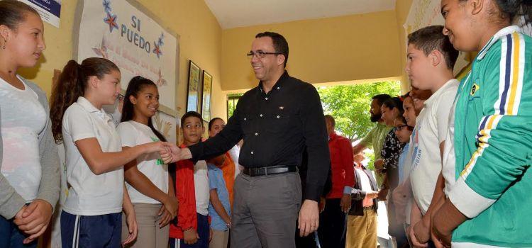 Navarro continúa visita a centros educativos