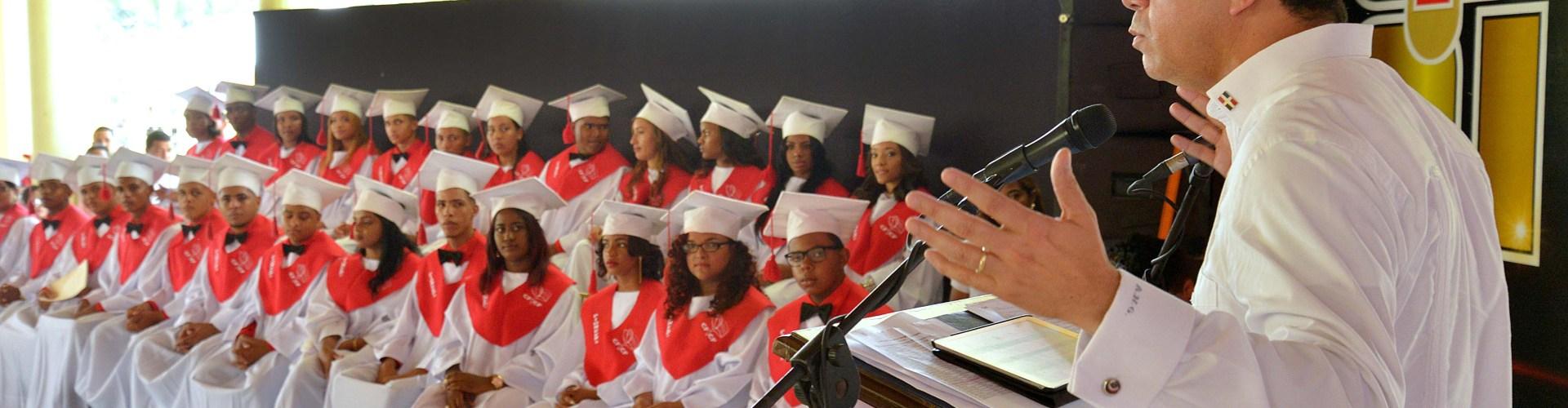 Navarro  pide a bachilleres sean humildes