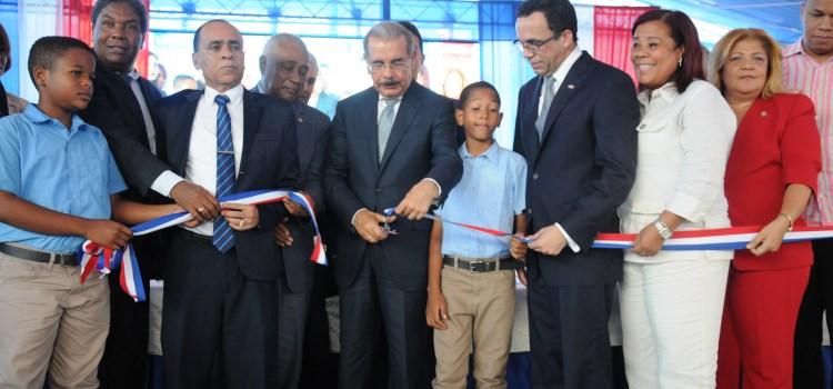 Dos escuelas entrega presidente Medina