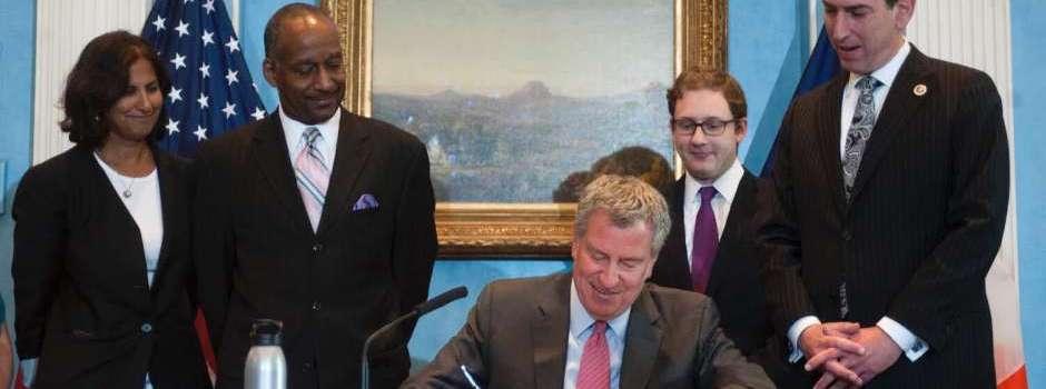 Alcalde firma leyes buscan beneficiar ciudadanos
