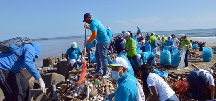 Voluntarios Edenorte sanean playa Matancita
