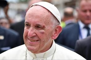 Papa sufre golpes al saludar niño
