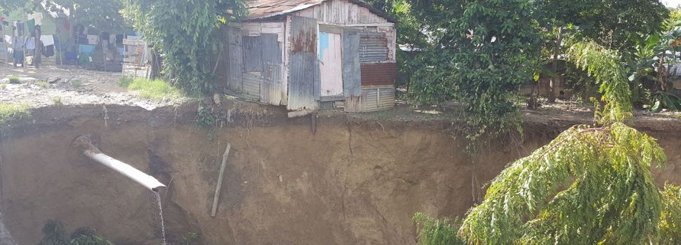 Se derrumban casas; otras casi al caer