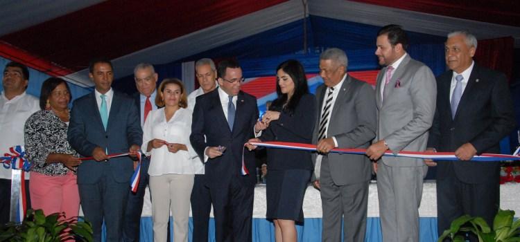 Danilo inaugura escuelas provincias sureñas