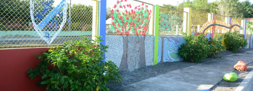 Estudiantes crean mural con materia reciclada