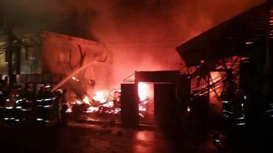 Fuego destruye negocios y viviendas