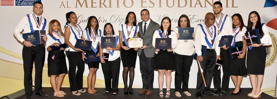 Navarro galardona estudiantes meritorios