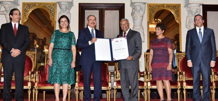 Medina entrega premio a Santana