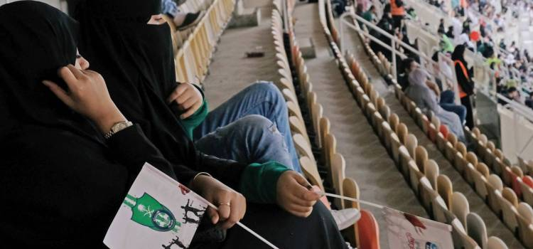 Mujeres asisten juegos de fútbol