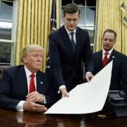 Renuncia otro funcionario Casa Blanca