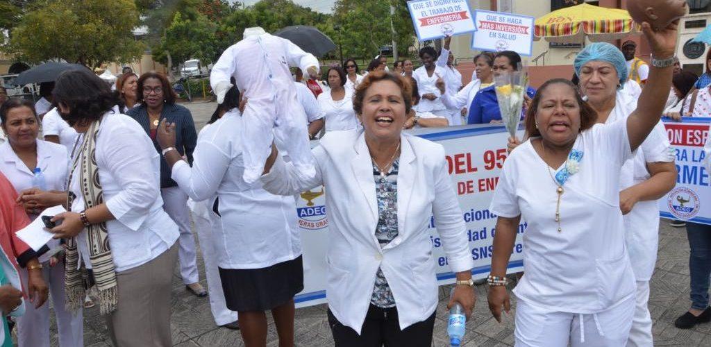 Enfermeras graduadas piden les presten atención