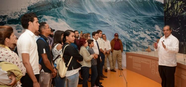 Miles visitan exposición arte taíno
