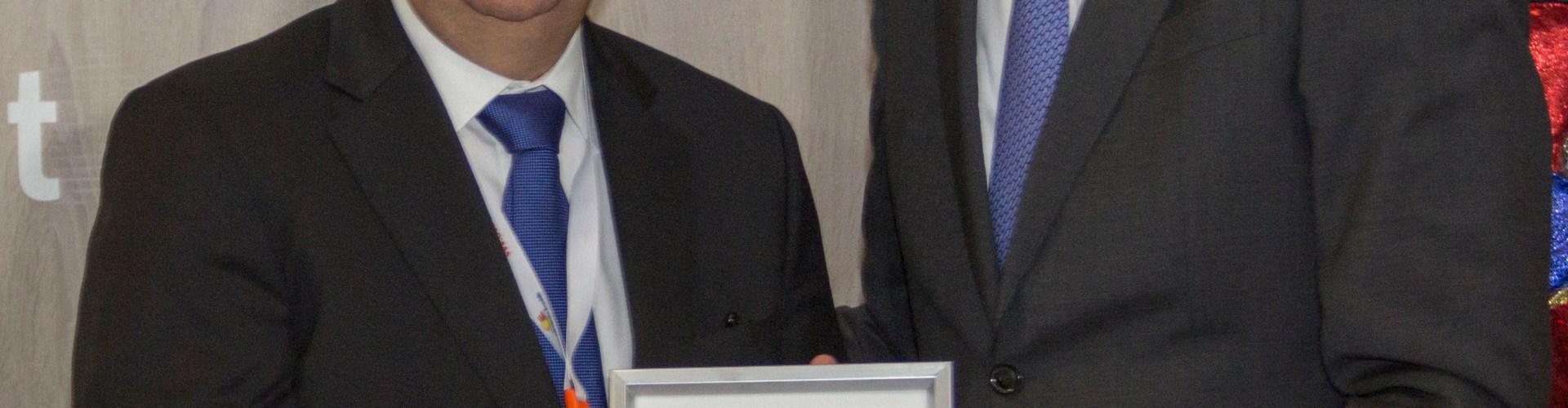 Javier García recibe reconocimiento