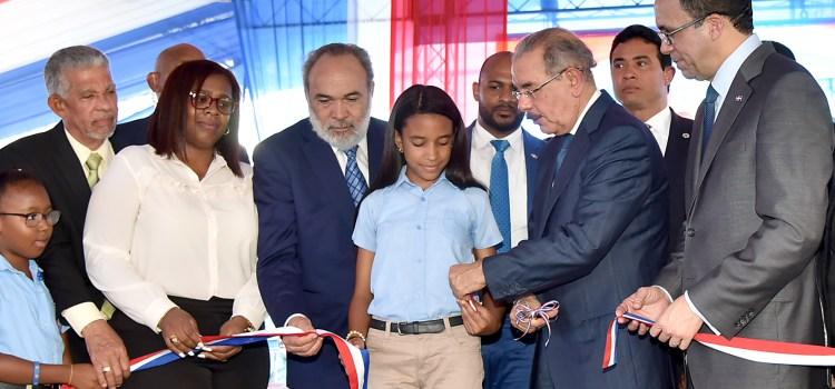 Presidente Medina entrega escuela en Villa Mella