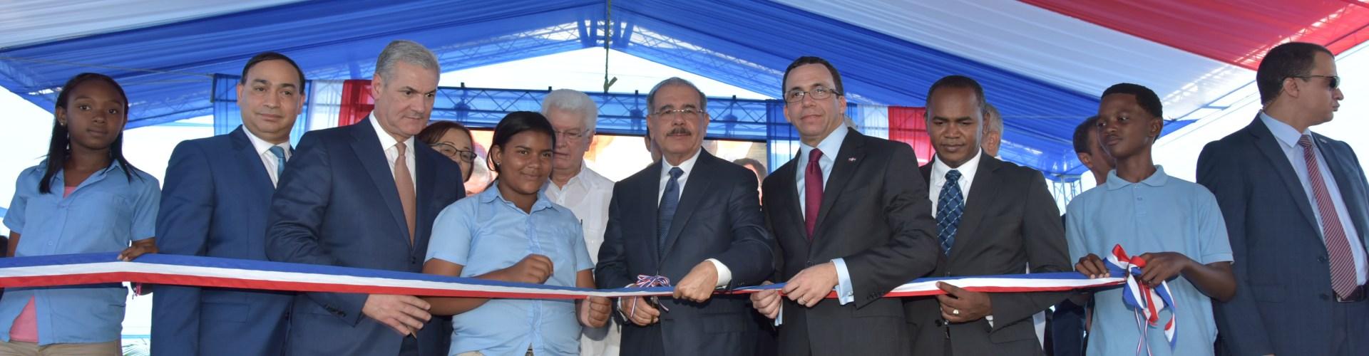 Danilo inaugura escuela en comunidad Baní