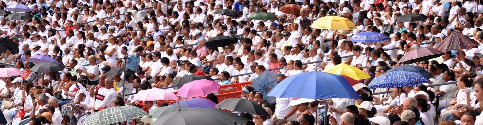 Miles asisten a misa de Corpus Christi
