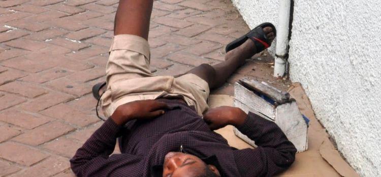Menores duermen en lugares públicos