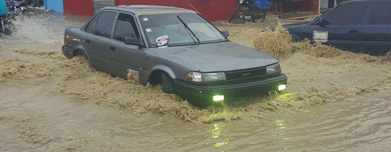 Lluvias inundan barrios y avenidas