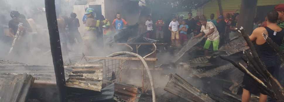Incendio afecta 13 viviendas y ajuares