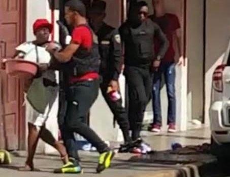 Policias municipales se ensañan contra haitiana