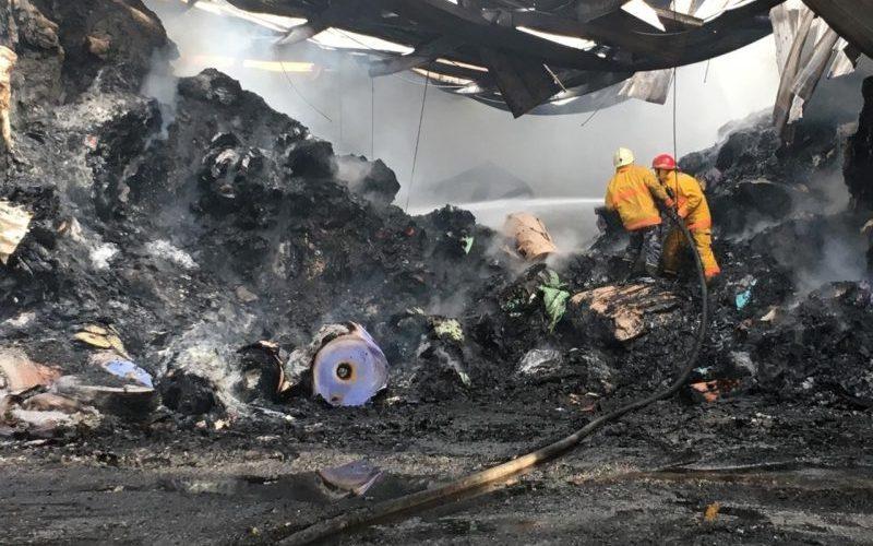 Casi sofocado incendio destruyó una empresa