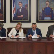 Firman acuerdo para expandir enseñanza inglés