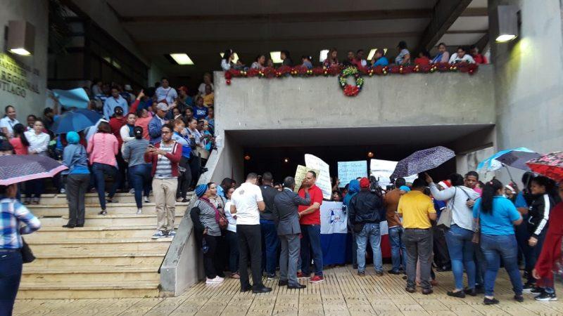 Profesores montan piquete frente edificio Educación