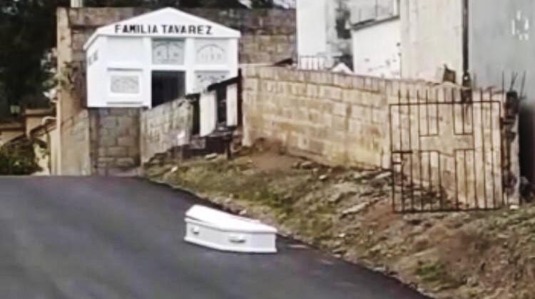 Niegan dejara cadáver en la calle frente a cementerio