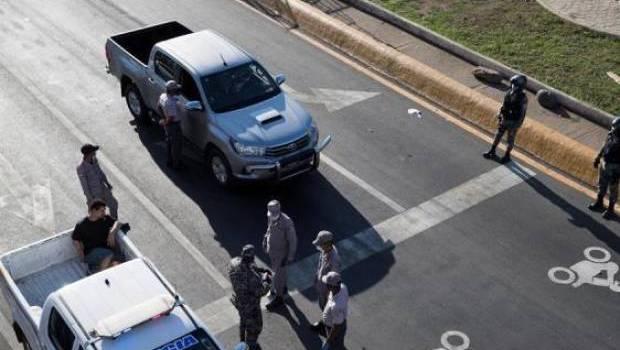 Miles detenidos por violar el toque de queda