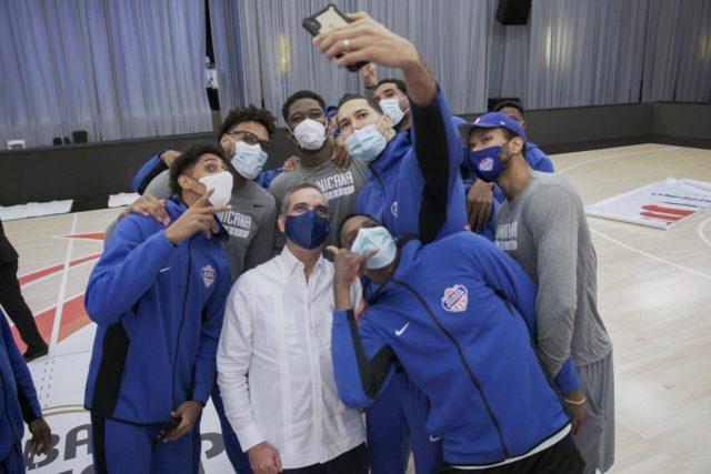 Luis Abinader visita selección de basket
