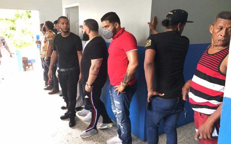 Autoridades desmantelan una fiesta clandestina y apresan 15