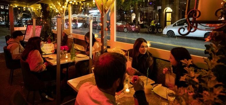 Reinstalan prohibición comer en interior de restaurantes NY
