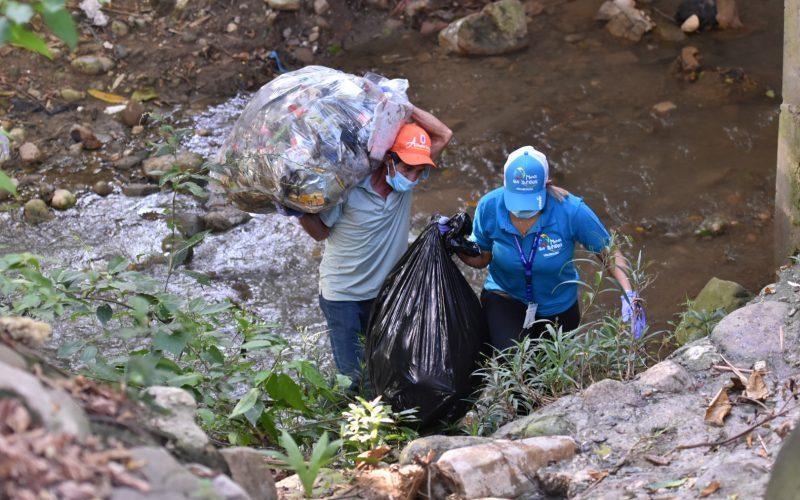 Voluntariado de Edenorte en la limpieza Arroyo Gurabo