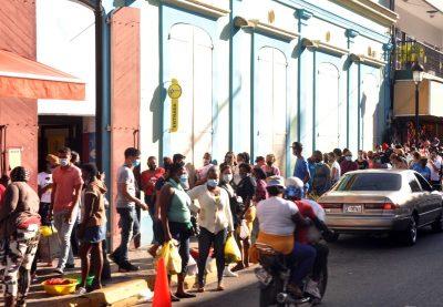Reaparecen filas a la entrada de tiendas