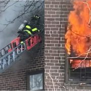 Incendio edificio provoca heridas a 12 personas