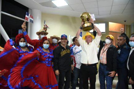 Félix Fermín levanta el trofeo del triunfo
