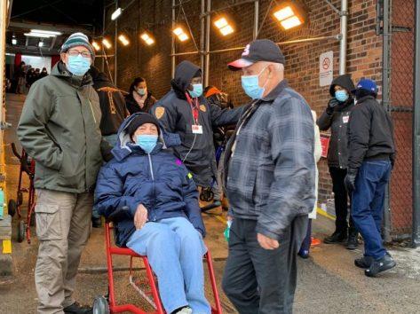 Latinos para vacunarse en Alto Manhattan. Foto Edwin Martínez