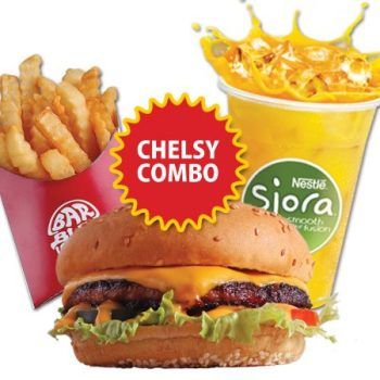 makan burger enak yang diselimuti keju