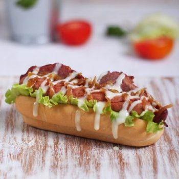 makan hotdog bersama kekasih