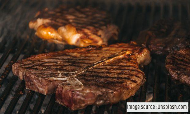 Hindari 6 Kesalahan Umum Saat Memasak Steak Saat BBQ-an di Rumah