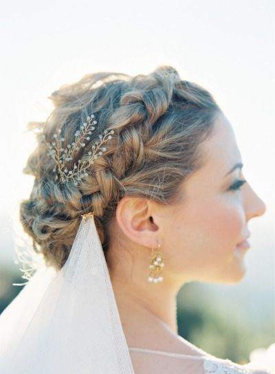 crown briad with natural flowers for weddings