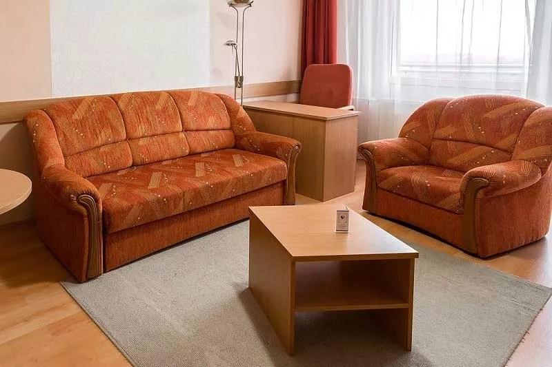 Superior apartman típusú szoba nappali része kanapéval