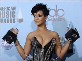 """Something About Rihanna's Dress Says """"Hands Off"""" !"""