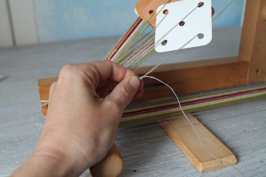 Brettchenweben - einzelne Fäden anknoten
