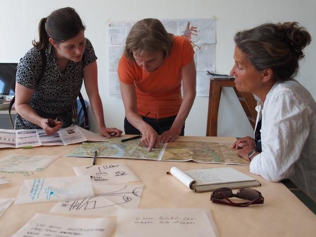 Die Architekturvermittlerin mit zwei Besucherinnen